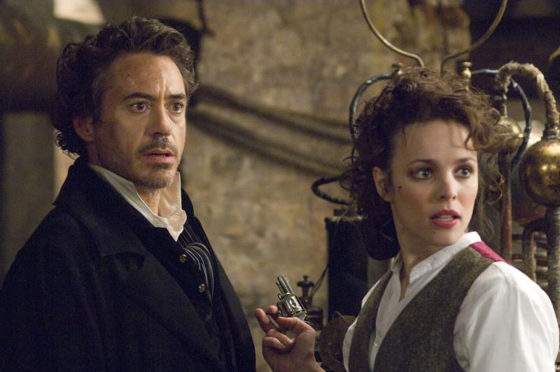 Robert Downey Jr. e Rachel McAdams in una sequenza di Sherlock Holmes