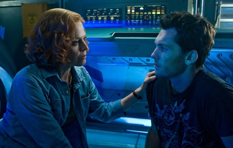 Sigourney Weaver parla con Sam Worthington in una scena del film Avatar
