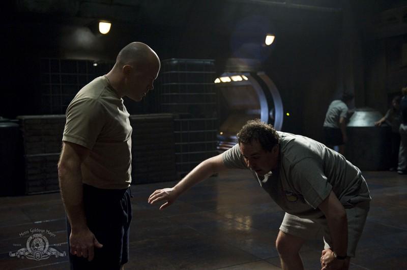 Spencer (Josh Blacker) e Jeremy (Mark Burgess) nell'episodio Life della serie Stargate Universe