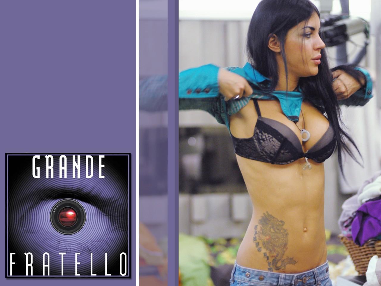 Wallpaper Grande Fratello 10, Veronica si spoglia davanti a uno specchio.