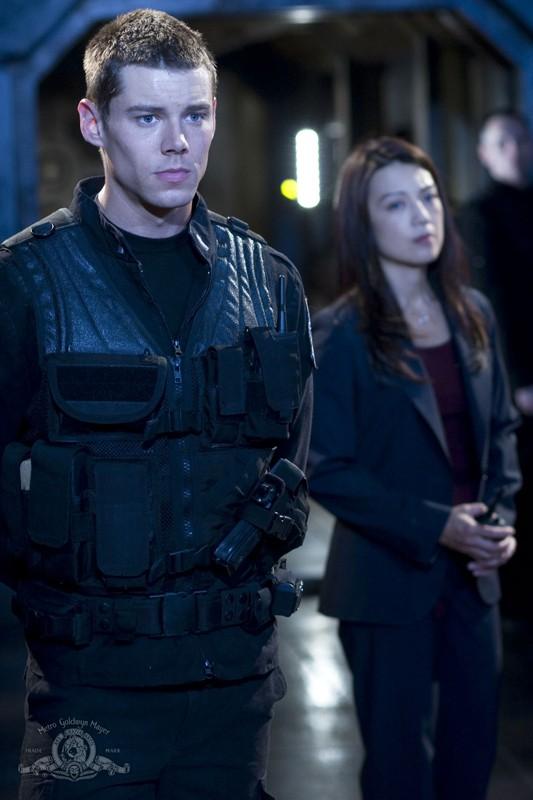 Brian J. Smith e Ming-Na in una sequenza dell'episodio Justice di Stargate Universe