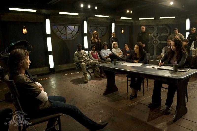 Camille (Ming-Na) e Chloe (Elyse Levesque) interrogano il Dr. Rush (Robert Carlyle) nell'episodio Justice di Stargate Universe
