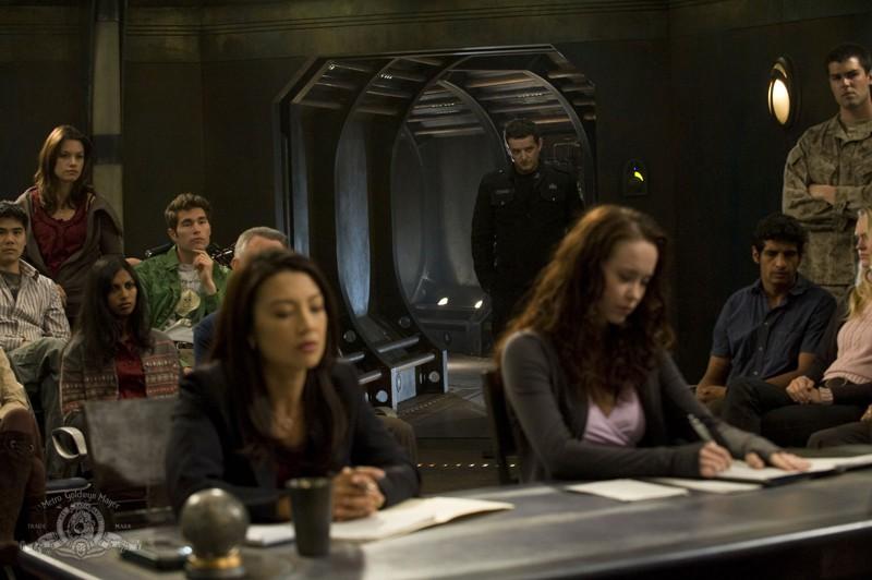 Camille (Ming-Na) e Chloe (Elyse Levesque) sono l'accusa e la difesa in una scena dell'episodio Justice di Stargate Universe
