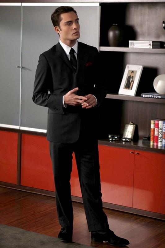 Ed Westwick è l'elegante Chuck Bass in una scena della puntata The Debarted di Gossip Girl