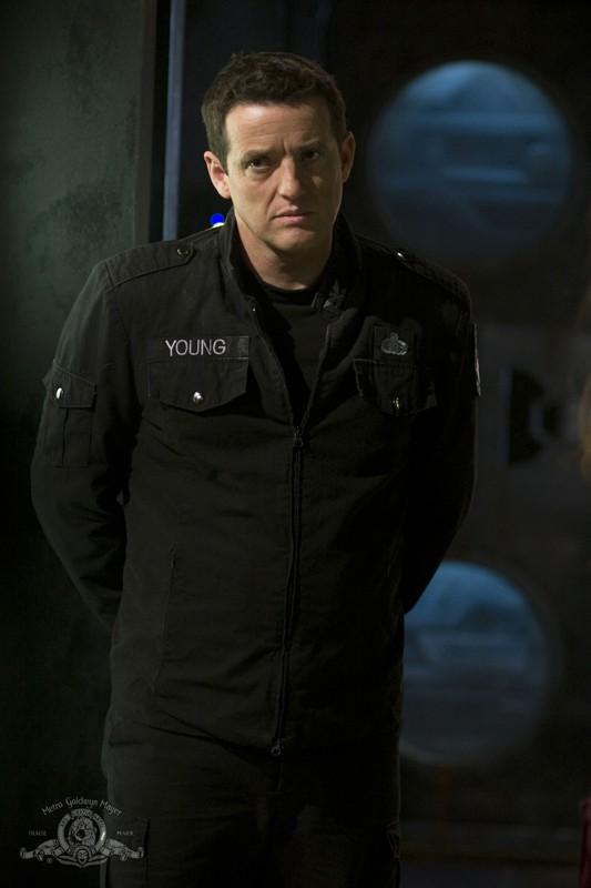 Il Colonnello Young (Justin Louis) nell'episodio Justice di Stargate Universe