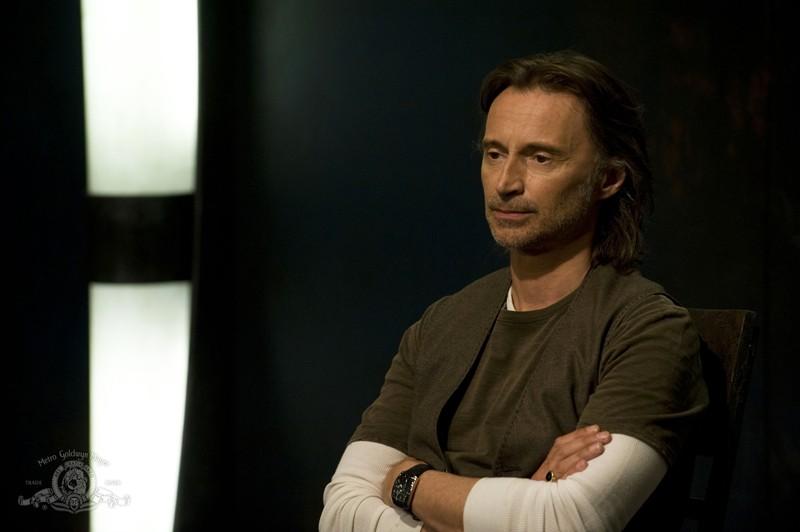 Robert Carlyle in una scena dell'episodio Justice di Stargate Universe