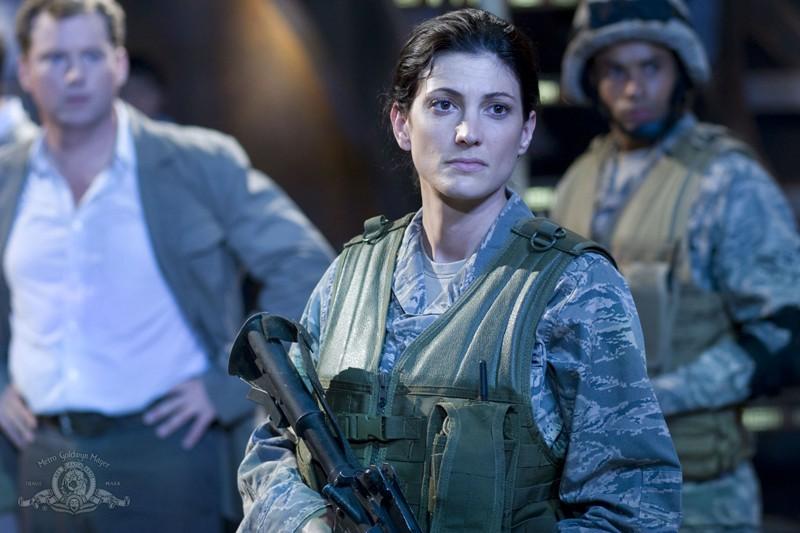 Vanessa James (Julia Anderson) con alle spalle Dale Volker (Patrick Gilmore) dell'episodio Justice di Stargate Universe