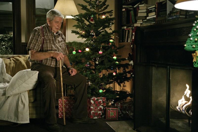 Il padre di Jethro, Jackson Gibbs (Ralph Waite) vicino al camino nell'episodio Faith di Navy N.C.I.S.