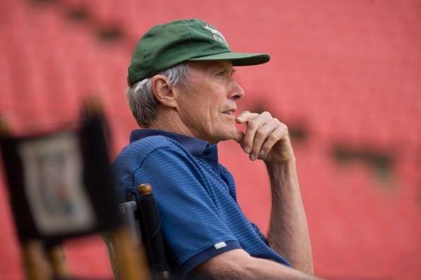 Il regista Clint Eastwood sul set del suo film Invictus