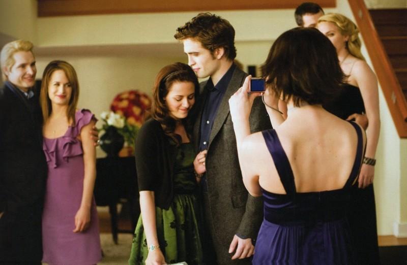 Alice (Ashley Greene) scatta una foto a Bella (Kristen Stewart) ed Edward (Robert Pattinson) nel film Twilight: New Moon