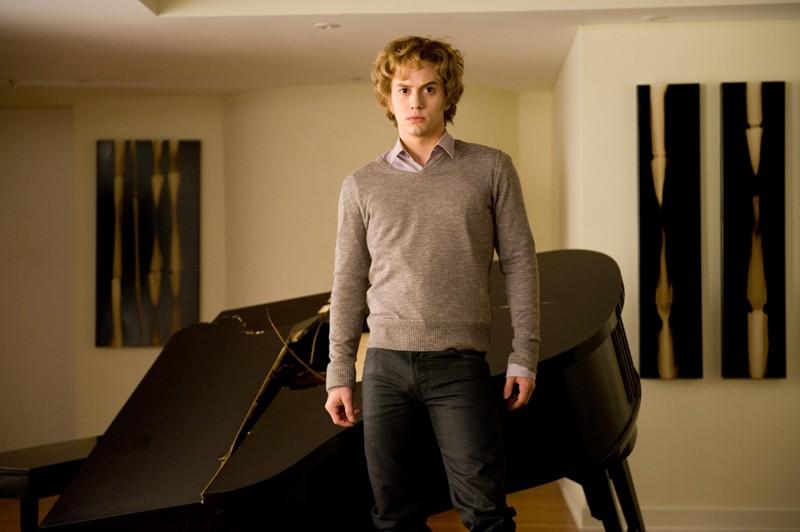 Jasper (Jackson Rathbone) affamato, in una scena del film Twilight: New Moon