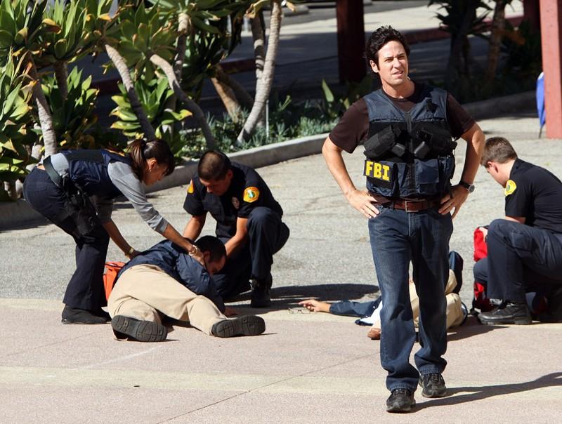 Liz Warner (Aya Sumika) e Don Eppes (Rob Morrow) in un caso contro esperti rapinatori nell'episodio Con Job di Numb3rs