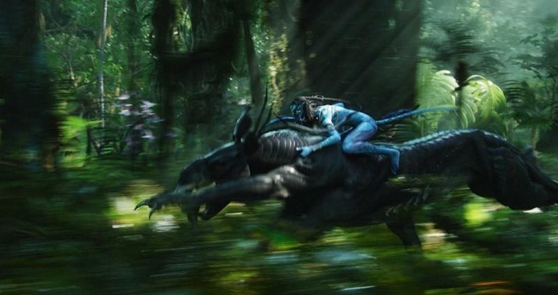 Un Na'vi in groppa al Thanador in una sequenza del film Avatar
