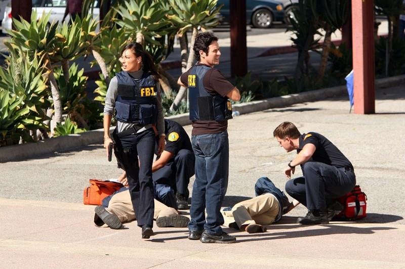 Warner (Aya Sumika) e Eppes (Rob Morrow) aiutano i feriti nell'episodio Con Job di Numb3rs