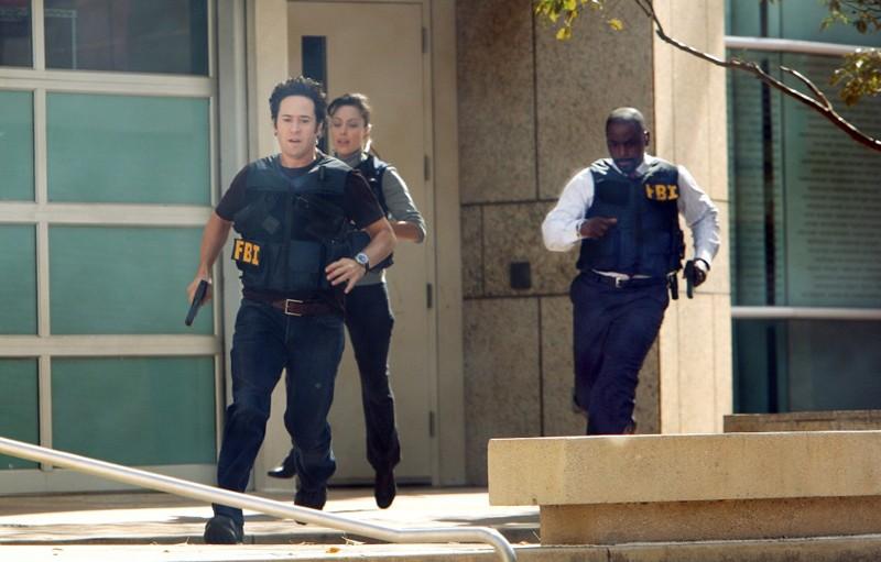 Warner (Aya Sumika), Eppes (Rob Morrow) e Sinclair (Alimi Ballard) fuggono, in una scena dell'episodio Con Job di Numb3rs