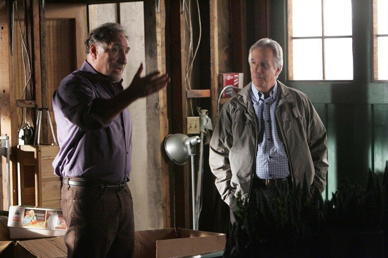 Alan (Judd Hirsch) parla con l'Agente Roger Bloom (Henry Winkler) in una sequenza dell'episodio Old Soldiers di Numb3rs