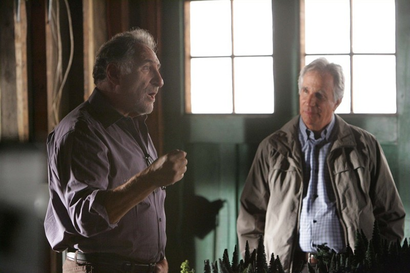 Judd Hirsch e la guest star Henry Winkler in un momento dell'episodio Old Soldiers di Numb3rs
