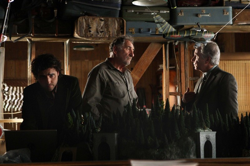 L'Agente Roger Bloom (Henry Winkler) aiuta Alan (Judd Hirsch) e Charlie (David Krumholtz) ad indagare sul caso di una rapina nell'episodio Old Soldiers di Numb3rs
