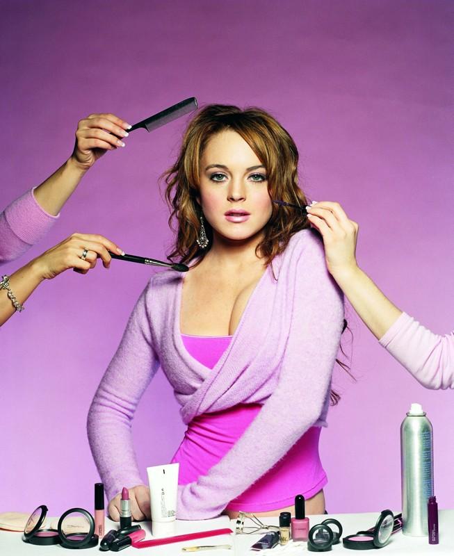 Una foto promo di Lindsay Lohan, mentre viene truccata e pettinata, per il film Mean Girls