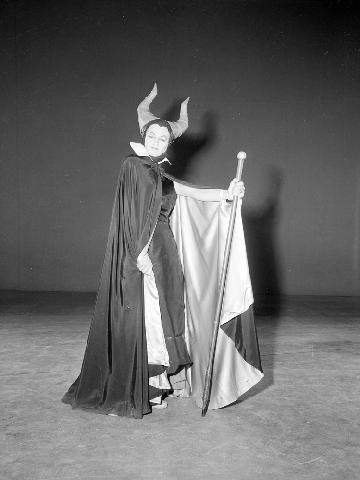 Eleanor Audley vestita da Malefica durante la produzione del cartoon  La bella addormentata nel bosco