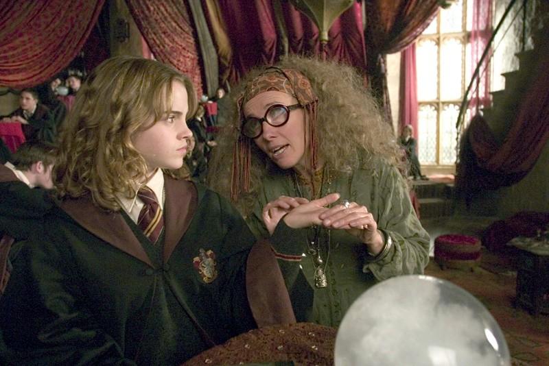 Ermione (Emma Watson) e la Prof. Cooman (Emma Thompson) nell'aula di Divinazione nel film Harry Potter e il Prigioniero di Azkaban
