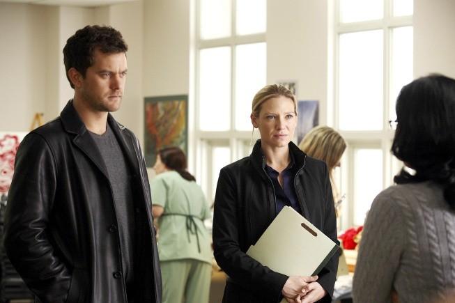 Fringe: Joshua Jackson ed Anna Torv in una scena dell'episodio Grey Matters