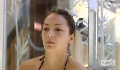 Grande Fratello 10, la napoletana Sarah Nile sotto la doccia