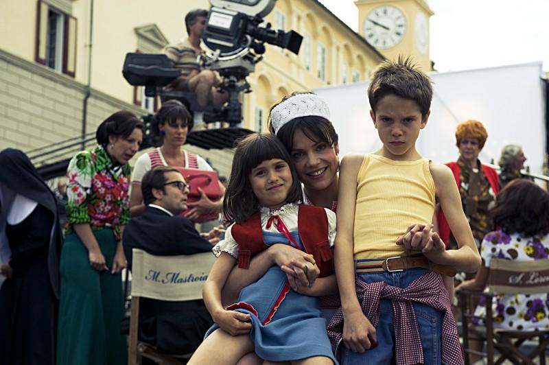 Micaela Ramazzotti con Giacomo Bibbiani e Aurora Frasca sul set de La prima cosa bella di Virzì