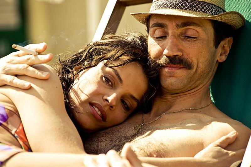 Micaela Ramazzotti e Sergio Albelli in una scena de La prima cosa bella