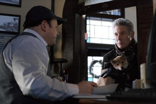 Richard Gere con il cane Hachi in una scena del film Hachiko