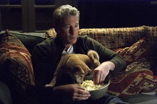Richard Gere con il cane Hachi in un'immagine del film Hachiko
