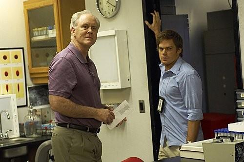 Dexter: Michael C. Hall e John Lithgow nell'episodio The Getaway