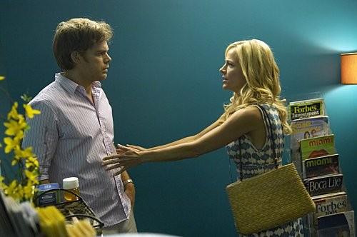 Dexter: Michael C. Hall e Julie Benz nell'episodio Hello, Dexter Morgan