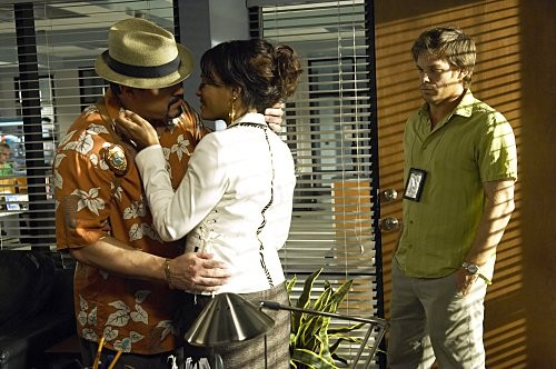 Dexter: Michael C. Hall, Lauren Vélez e David Zayas in una scena dell'episodio Hello, Dexter Morgan