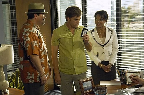 Dexter: Michael C. Hall, Lauren Vélez e David Zayas nell'episodio Hello, Dexter Morgan