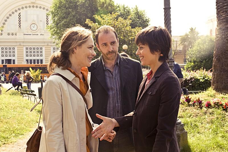 Fabrizia Sacchi, Valerio Mastandrea e Claudia Pandolfi in una scena de La prima cosa bella