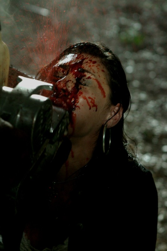 Joleigh Fioravanti in una scena dell'horror Hatchet