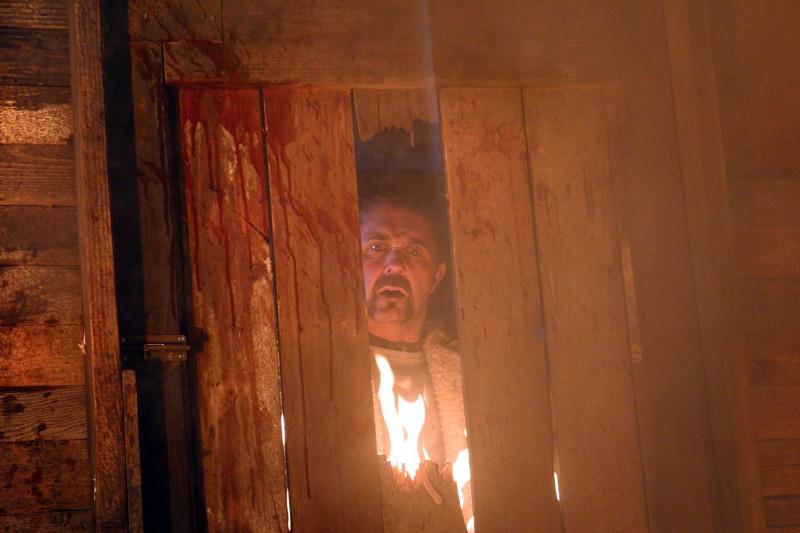 Kane Hodder in una scena dell'horror Hatchet