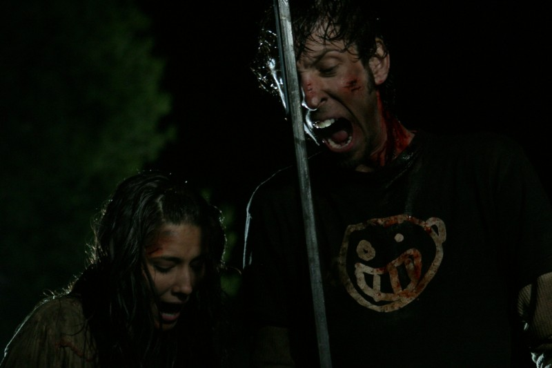 Tamara Feldman e Joel David Moore in una scena del film Hatchet