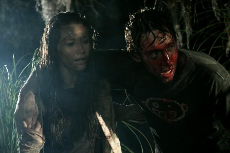 Tamara Feldman e Joel David Moore in una sequenza del film Hatchet
