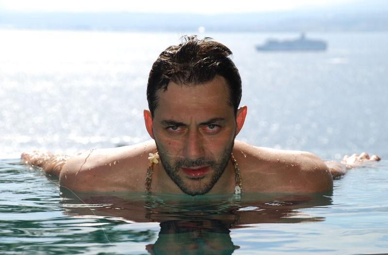 Uno splendido ritratto di Filippo Timi in acqua