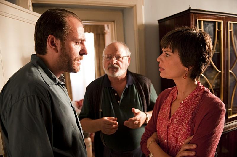 Valerio Mastandrea, Claudia Pandolfi e Marco Messeri in una scena de La prima cosa bella