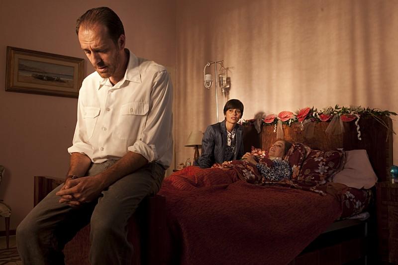 Valerio Mastandrea, Claudia Pandolfi e Stefania Sandrelli in una scena de La prima cosa bella
