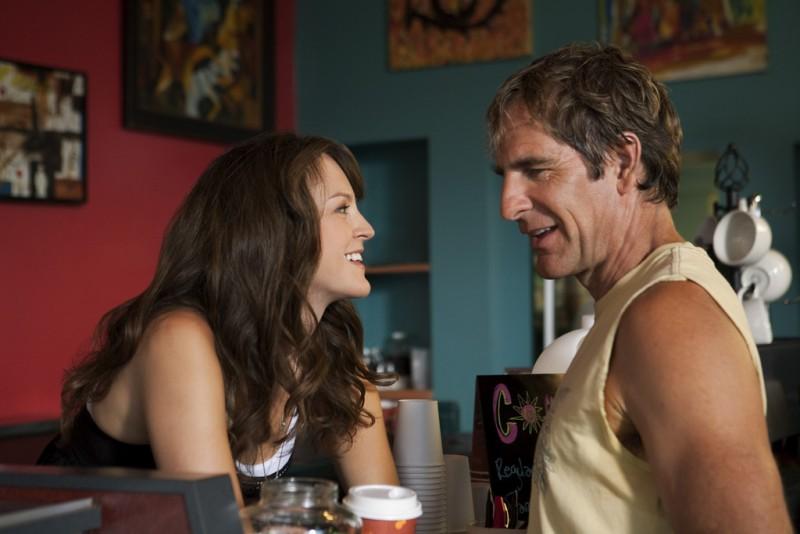 Carla Gallo e Scott Bakula in una scena della serie Men of a Certain Age