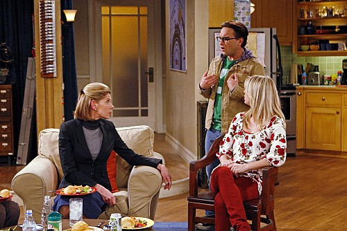 Christine Baranski, Kaley Cuoco e Johnny Galecki nell'episodio The Maternal Congruence di The Big Bang Theory