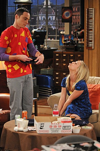 Jim Parsons e Kaley Cuoco in una scena dell'episodio The Gorilla Experiment di The Big Bang Theory