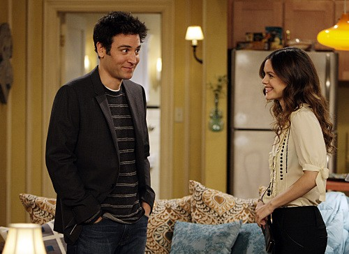 Josh Radnor e la guest star Rachel Bilson nell'episodio Girls Vs. Suits di How I Met Your Mother