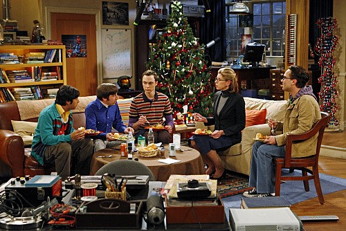 La guest star Christine Baranski con il cast di The Big Bang Theory nell'episodio The Maternal Congruence