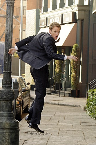 Neil Patrick Harris in una scena dell'episodio Girls Vs. Suits di How I Met Your Mother