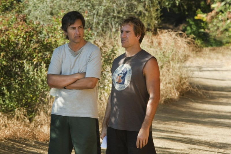 Ray Romano e Scott Bakula in una scena della serie Men of a Certain Age